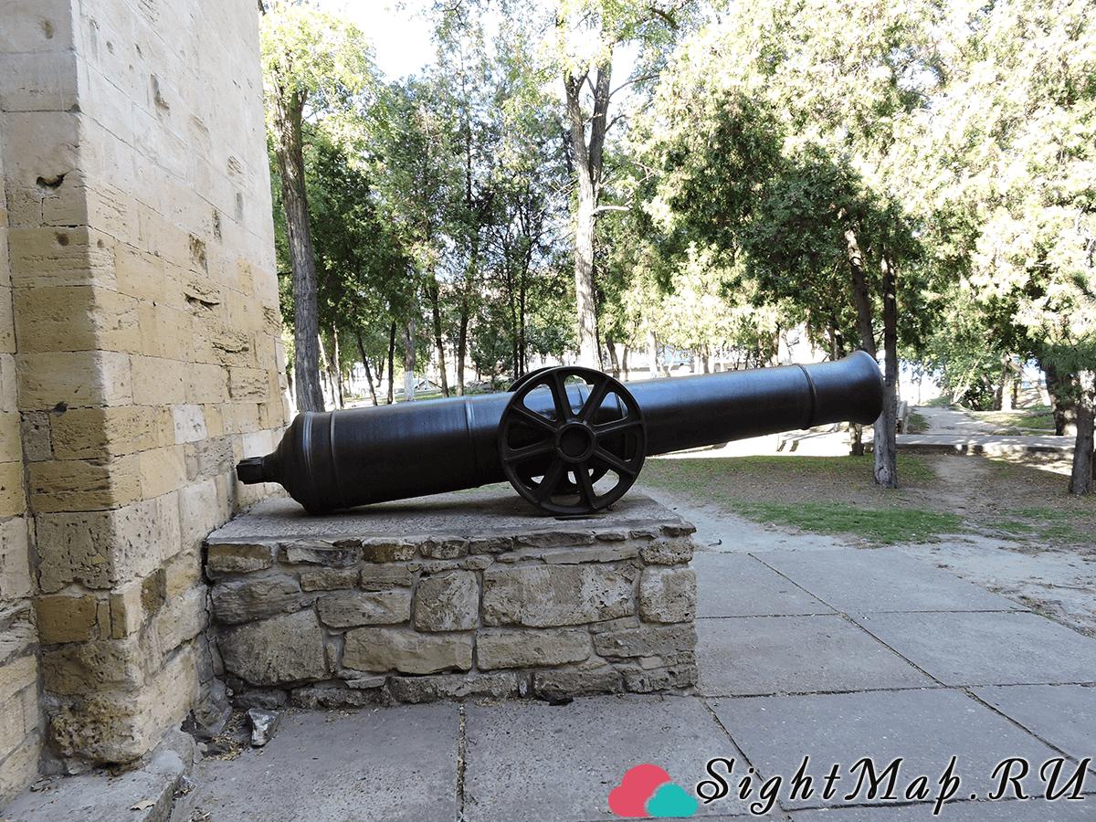 Пушка установленная рядом с памятником